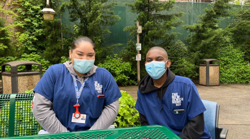 teen-volunteers-get-a-foot-in-the-door-for-nursing-home-careers-–-kaiser-health-news